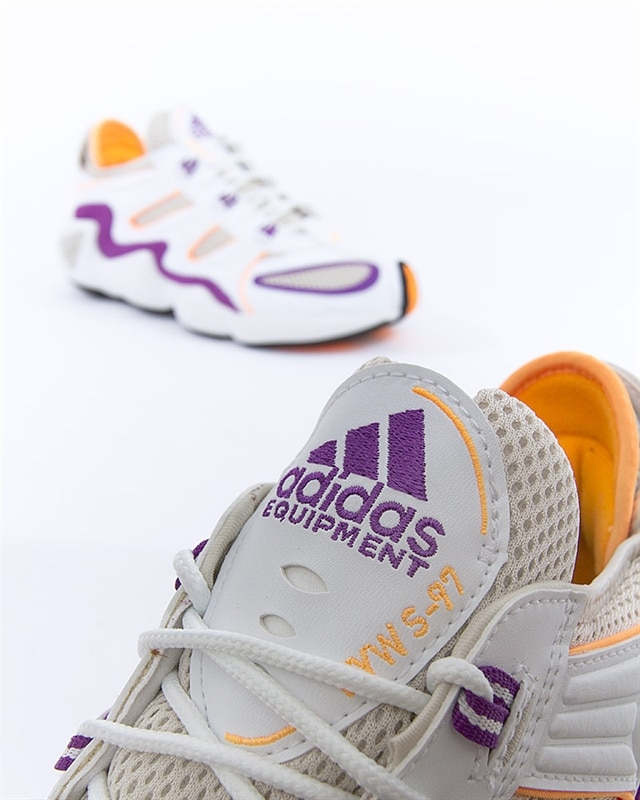 Sin personal superficie exceso  The pair of sneakers adidas NMD R1 Crystal White Clear Lilac