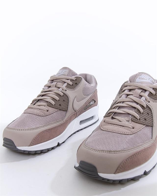 new arrival d9c81 d58a5 Nike Air Max 90 Essential (AJ1285-204). 1